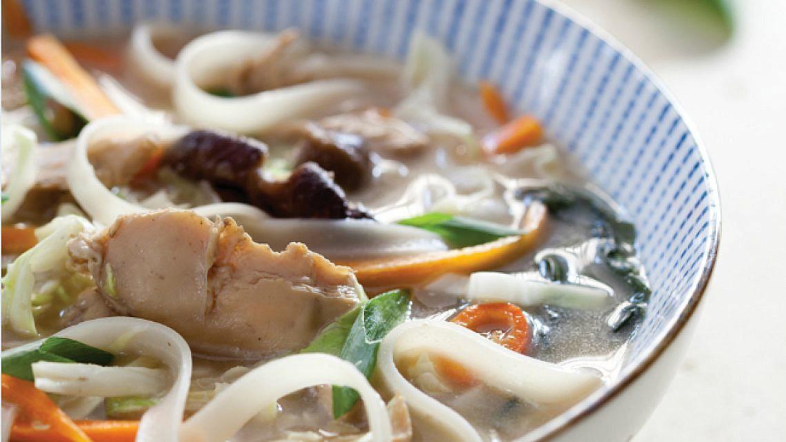 מרק תאילנדי עם ירקות ועוף (טום-יאם). צילום: דן לב   סגנון: אוריה גבע