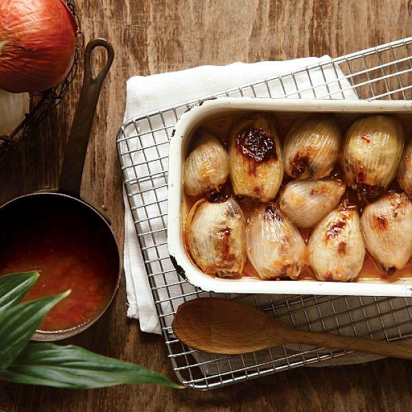 בצל ממולא בבשר, אורז ופירות מיובשים. צילום: דניה ויינר   סגנון: אוריה גבע