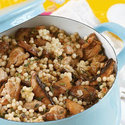 תבשיל פרגיות, פתיתים ופטריות. צילום: דניה ויינר | סגנון: דלית רוסו