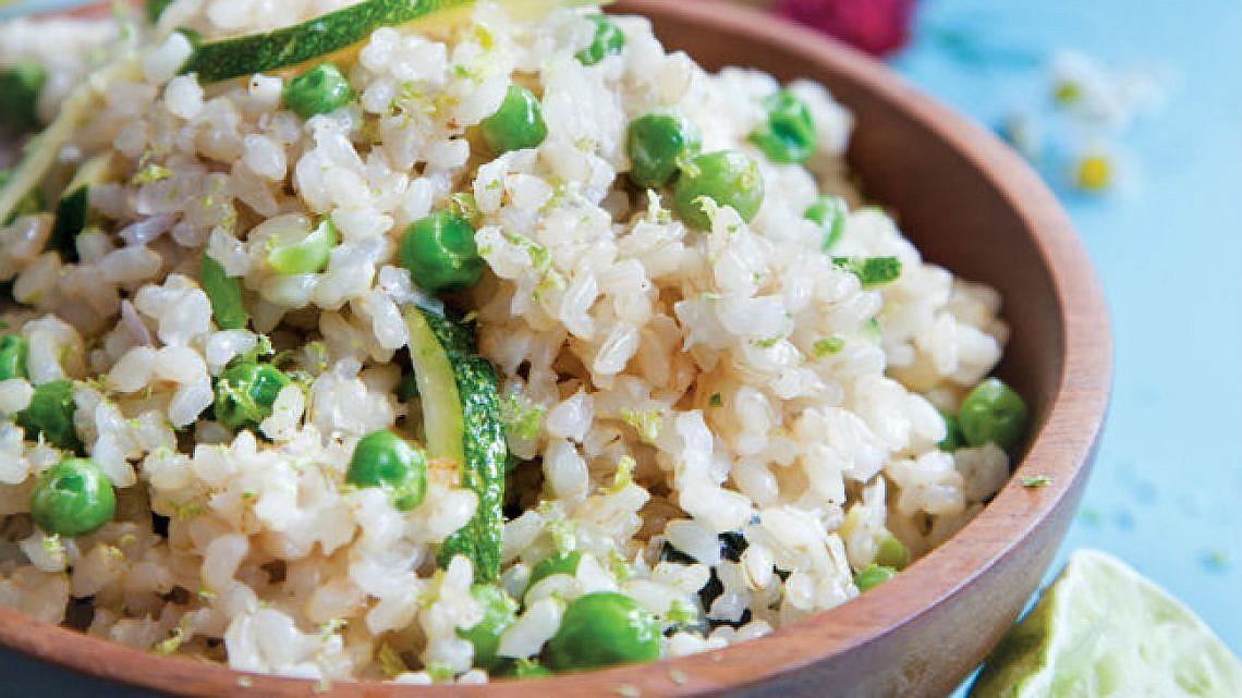 פילאף ירוק של אורז מלא עם אפונה וחלב קוקוס. צילום: דן לב   סגנון: אוריה גבע