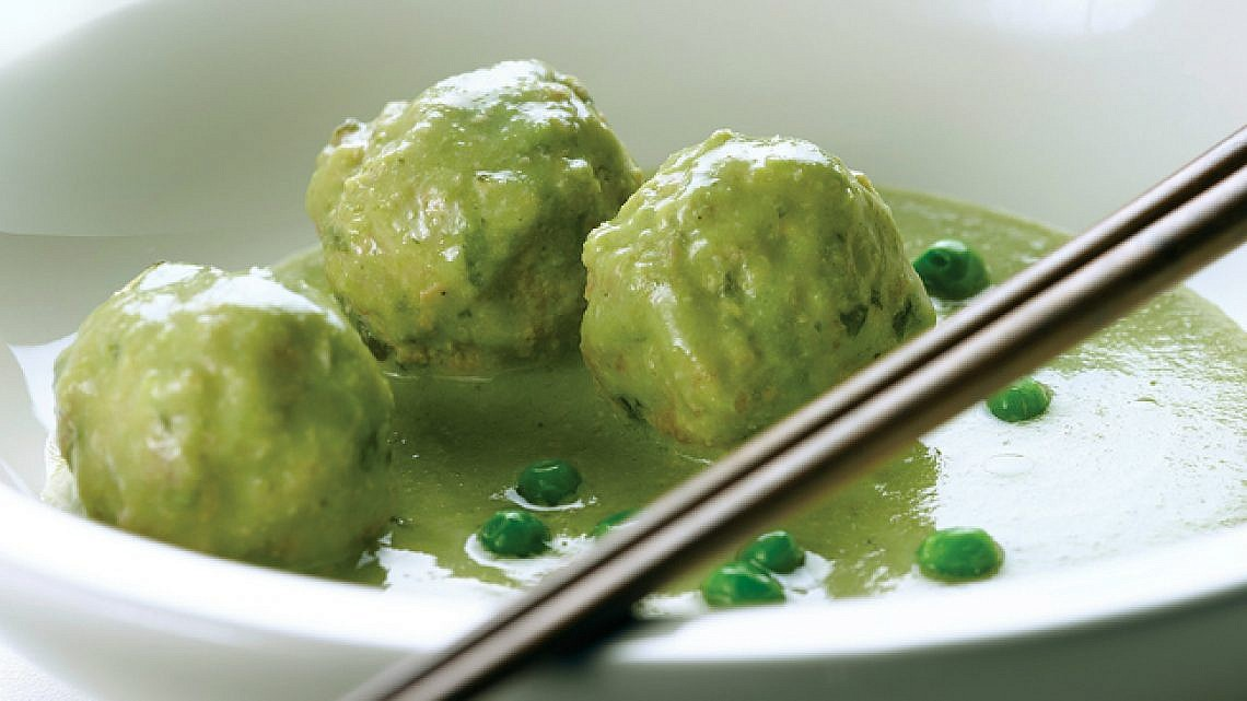 כדורי בשר ברוטב חלב קוקוס, קארי ירוק ואפונה. צילום: רונן מנגן   סגנון: רותם ניר