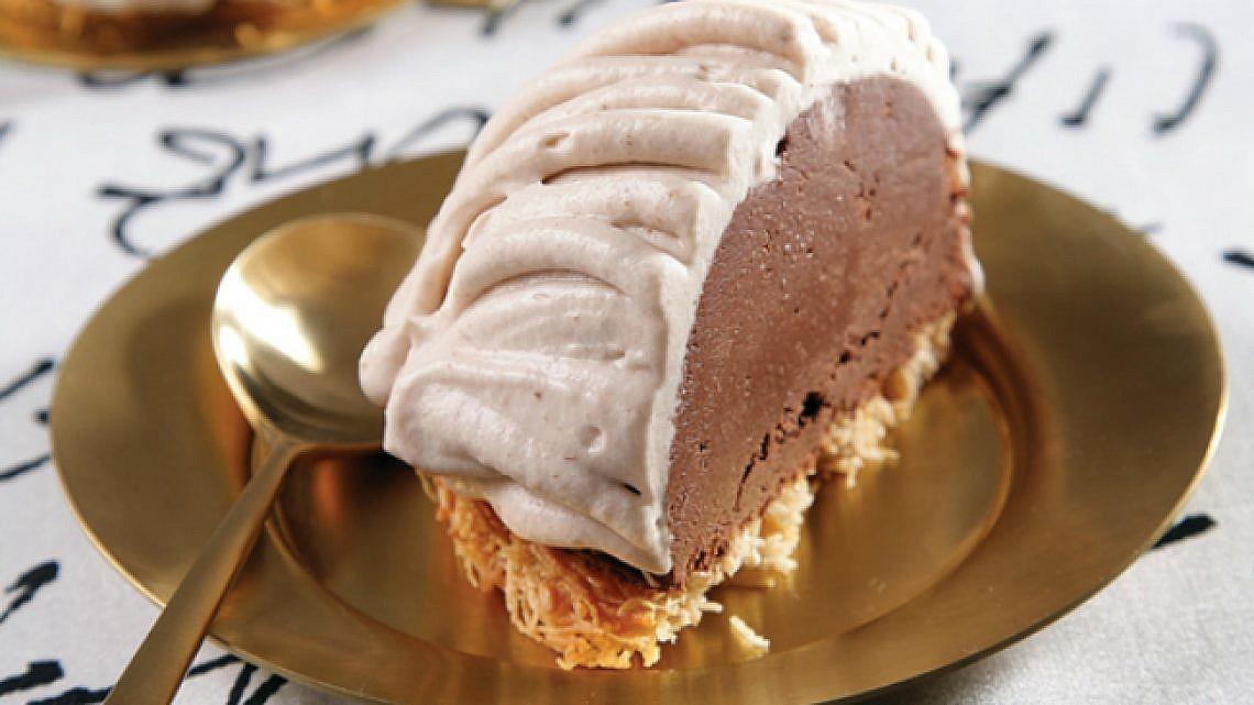 כיפת מוס שוקולד עם קדאיף וקרם ערמונים. צילום: דניאל לילה   סגנון: טליה גון אסיף