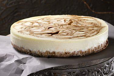 הקפאינית - עוגת גבינה עם מערבולת סילאן-קפה. צילום: רונן מנגן | סגנון: רותם ניר