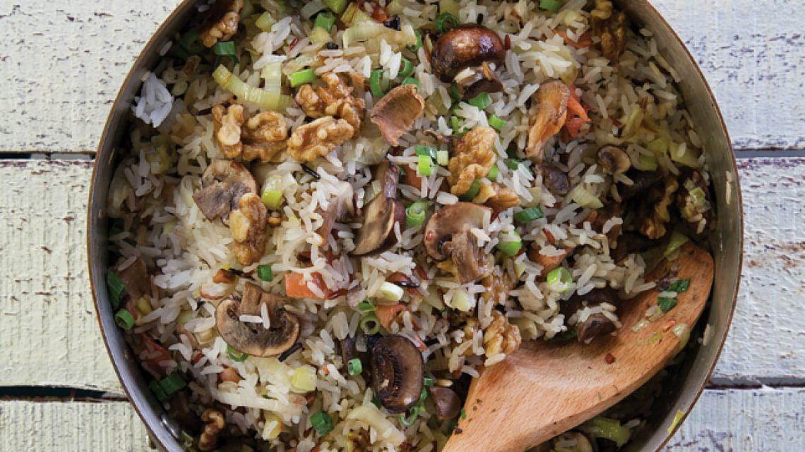 פילאף אורז עם כרישה, אגוזים, פטריות יער ושמפיניון. צילום: דניאל לילה | סגנון: אורלי פלאי-ברונשטיין