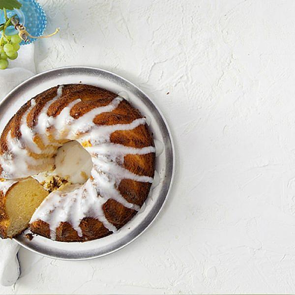 עוגת סולת עם יוגורט לימון וזיגוג יוגורט. צילום: דן לב | סגנון: דלית רוסו