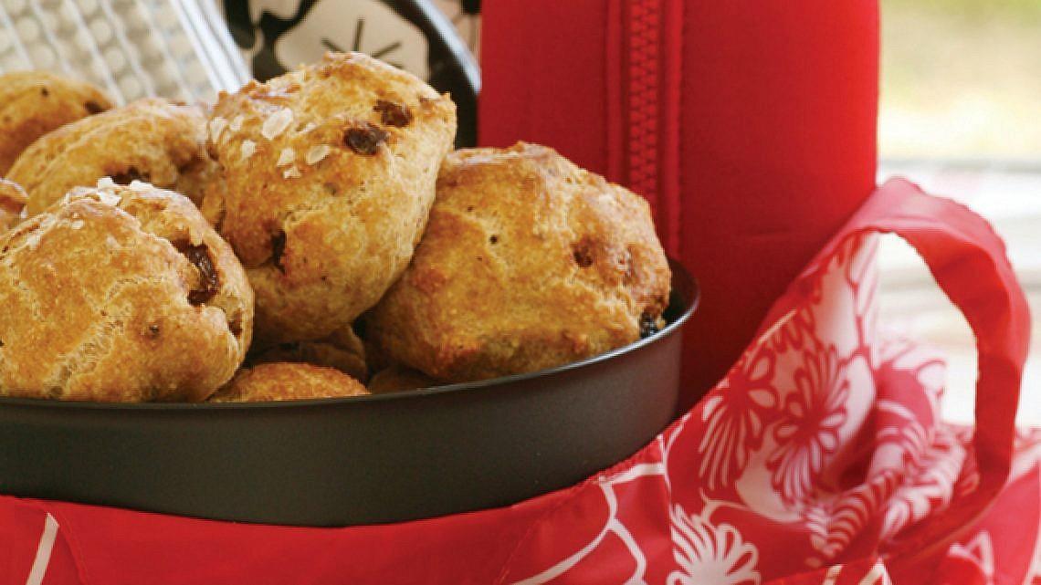 לחמניות פסח עם אגוזים וצימוקים. צילום: דניה ויינר | סגנון: רותם ניר