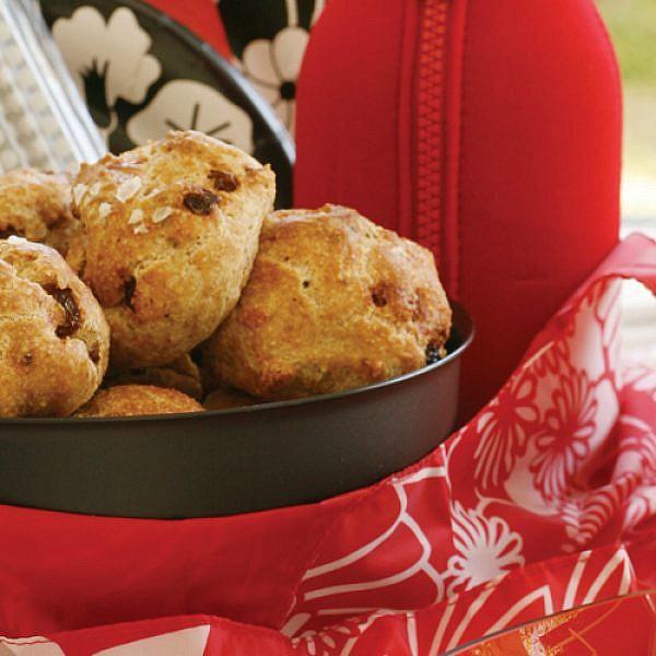לחמניות פסח עם אגוזים וצימוקים. צילום: דניה ויינר   סגנון: רותם ניר
