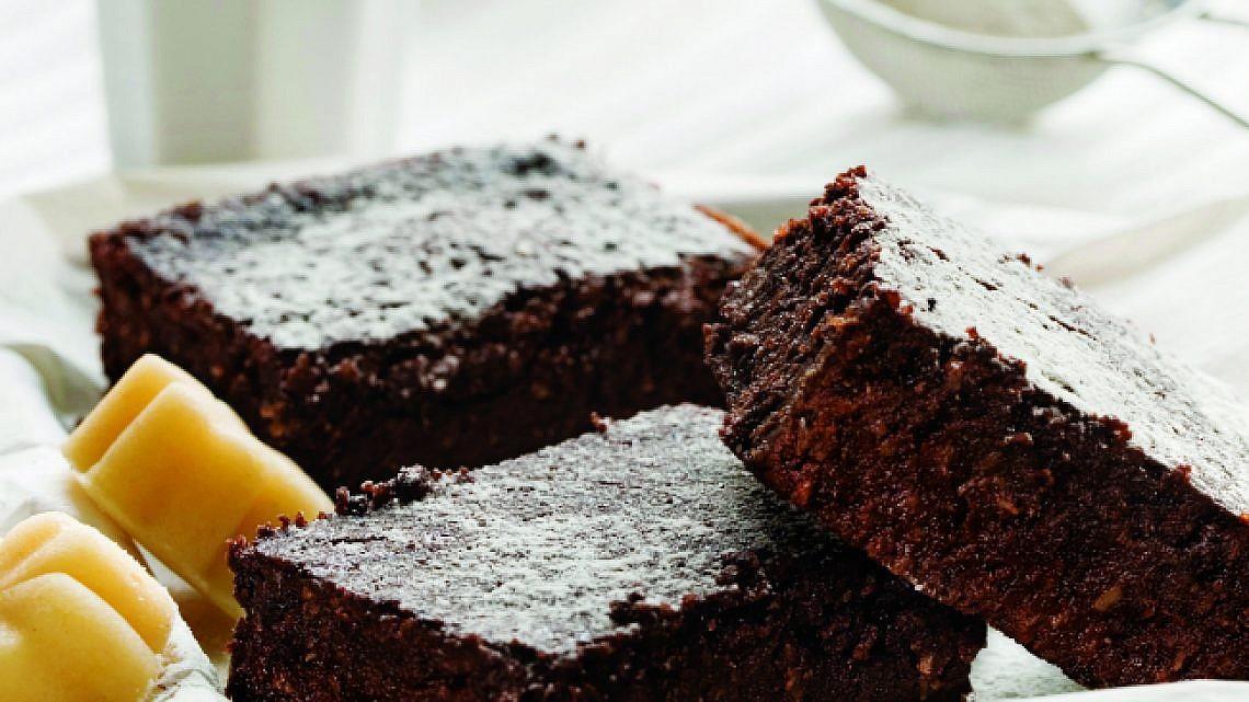 בראוניז מרציפן, שוקולד וקוקוס. צילום: בועז לביא   סגנון: טליה אסיף