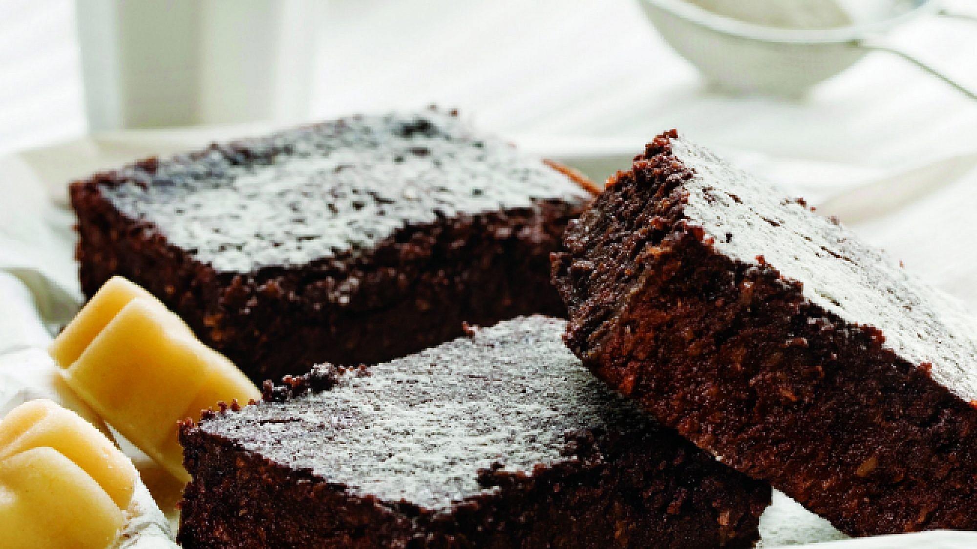 בראוניז מרציפן, שוקולד וקוקוס. צילום: בועז לביא | סגנון: טליה אסיף