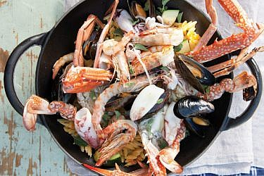 אורזו עם תבשיל סרטנים, מולים, שרימפס וקלמארי. צילום: דניאל לילה | סגנון: עמית פרבר