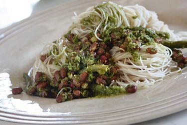 אטריות אורז מלא עם שעועית אזוקי מונבטת בקארי ירוק. צילום: ריאן | סגנון: רותם ניר
