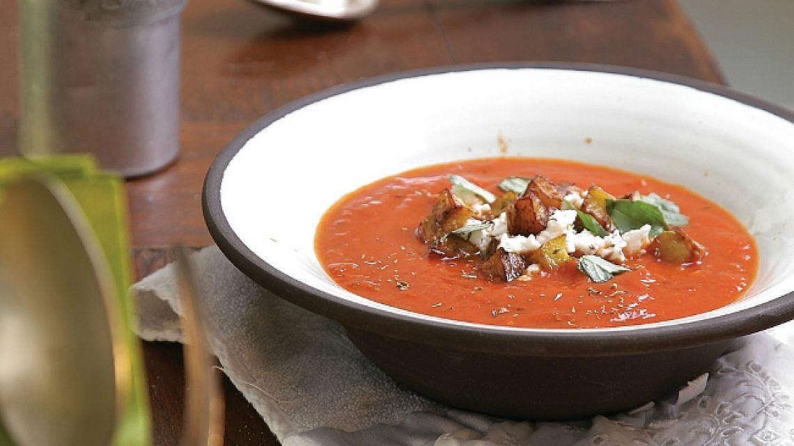 מרק עגבניות עם חצילים. צילום: דניאל לילה | סגנון: טליה גון אסיף