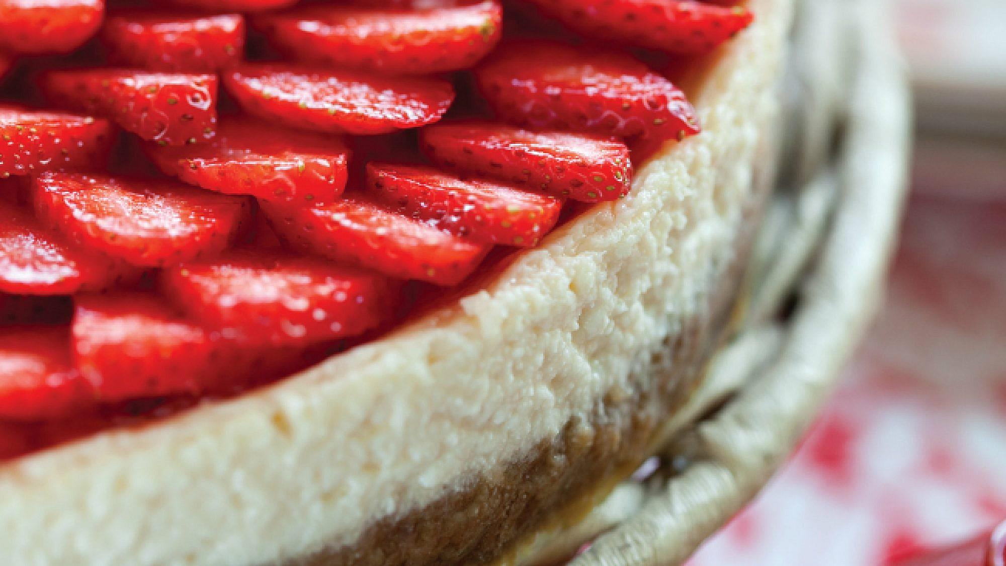 עוגת גבינה עם קלתית מעוגיות קרמל וציפוי תותים. צילום: דן לב | סגנון: טליה גון-אסיף