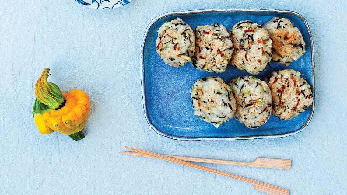 לביבות אורז, אצות היג'יקי וזוקיני ברוטב פונזו. צילום: אילון פז | סגנון: אוריה גבע