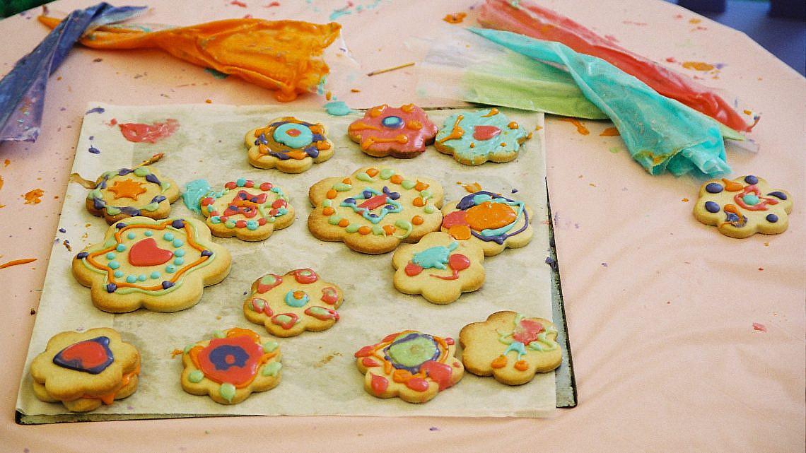 עוגיות חמאה מקושטות ברויאל אייסינג. צילום: ריאן | סגנון: רותם ניר