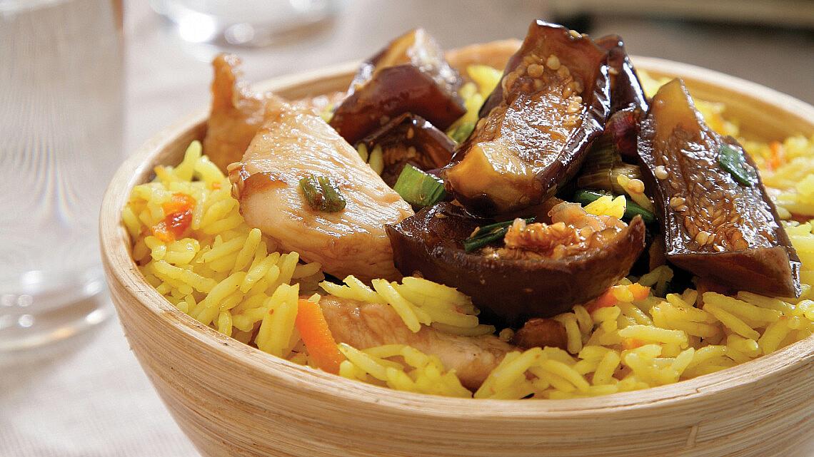 נתחי חזה עוף וחצילים מקורמלים על אורז. צילום: דניאל לילה