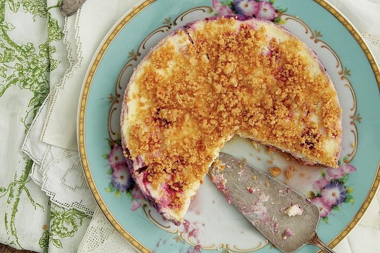 עוגת גבינה פירורים עם פטל. צילום: דניה ויינר | סגנון: אוריה גבע