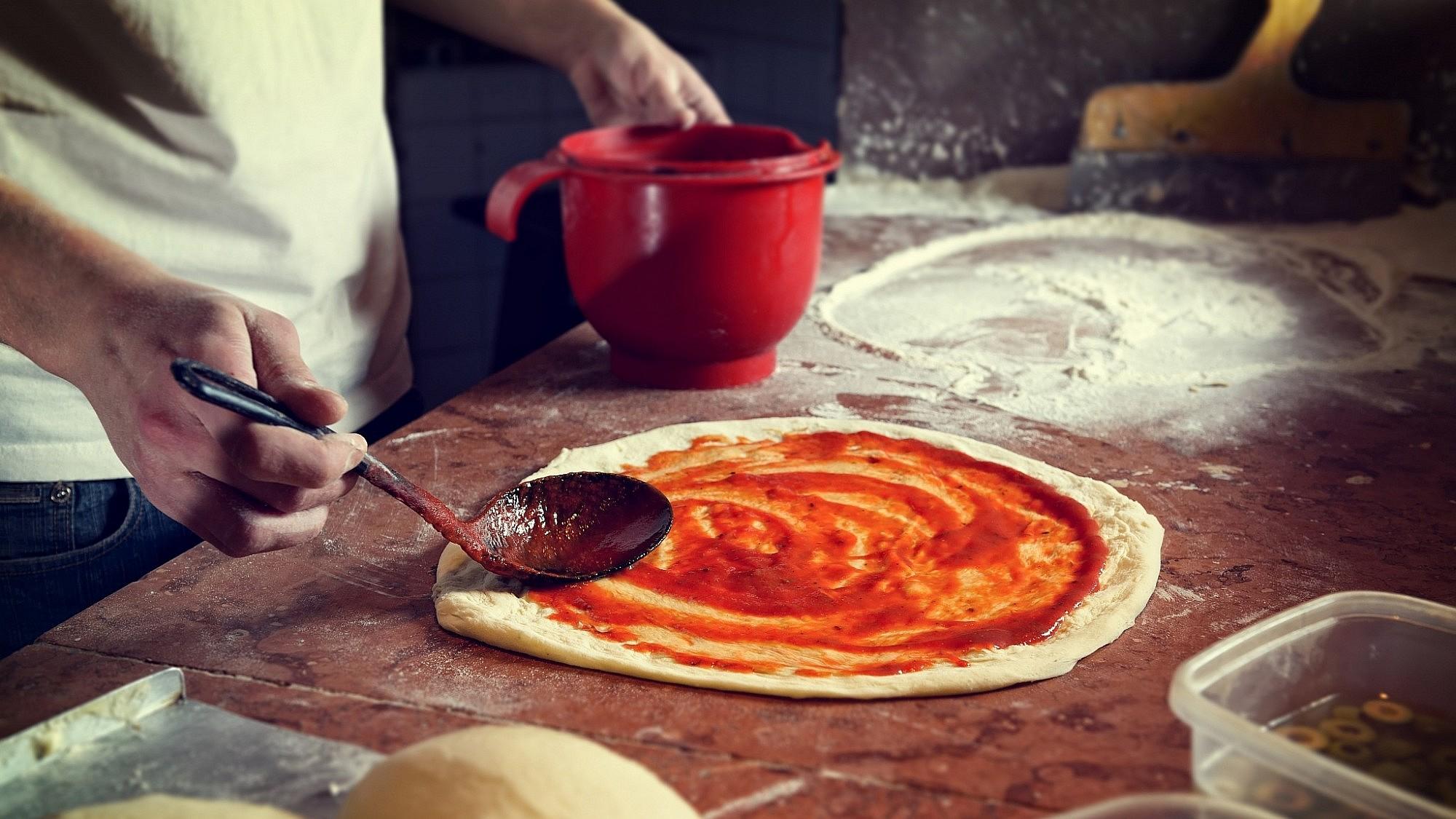 פיצה עם רוטב עגבניות. צילום: Shutterstock