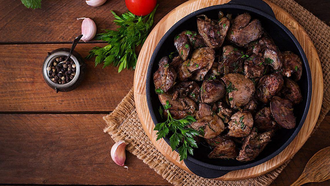 כבדי עוף מוקפצים עם ענבים ובלסמי. צילום: Shutterstock
