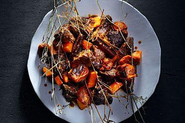 טאג'ין לחי עגל עם עגבניות, דבש ושומר בר
