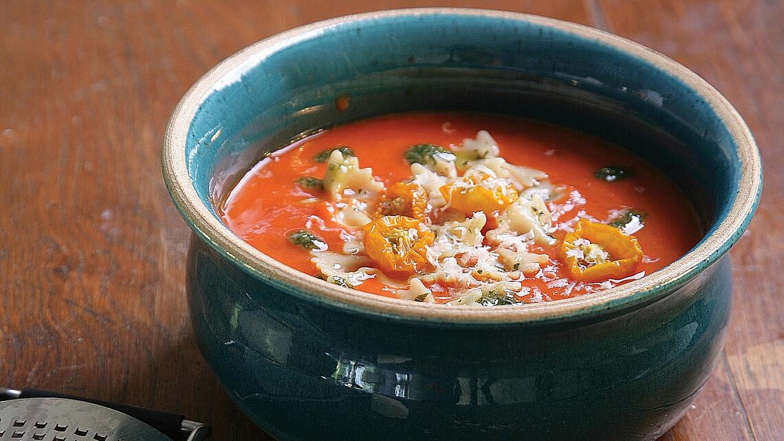 מרק עגבניות עם פסטה, חומוס ופסטו. צילום: דניאל לילה | סגנון: טליה גון אסיף