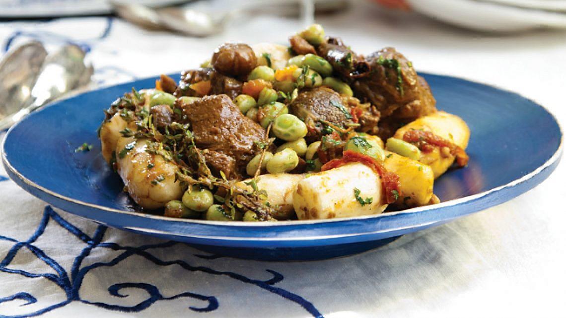 קדרת כבש, ארטישוק ירושלמי, פול ועגבניות לחות . צילום: דניאל לילה | סגנון: טליה אסיף