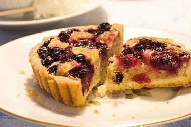 טארט קרם אגוזי לוז עם פירות יער. צילום: דניאל לילה | סגנון: רותם ניר