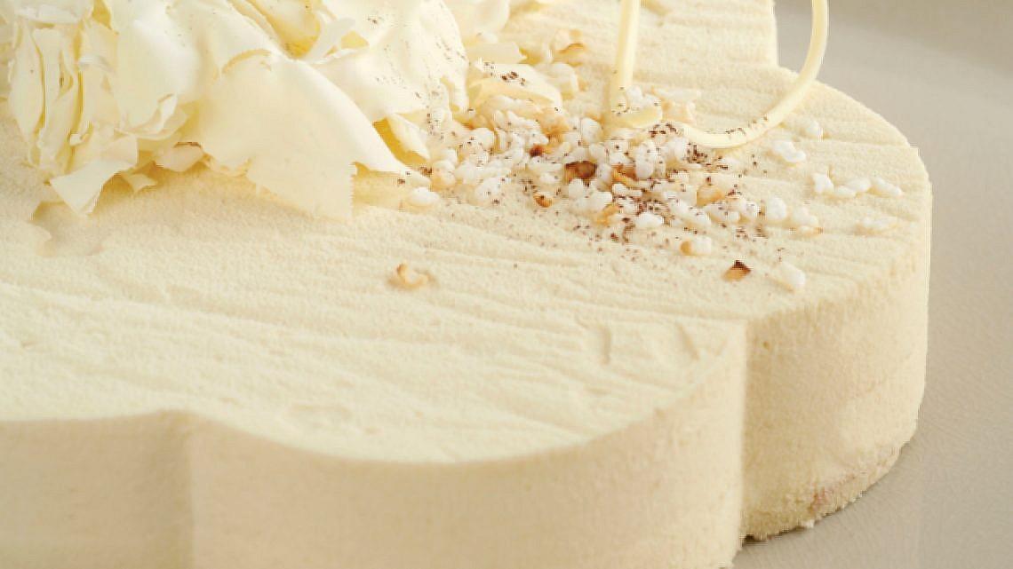 עוגת מוס שוקולד לבן ופצפוצי אורז. צילום: דניה ויינר