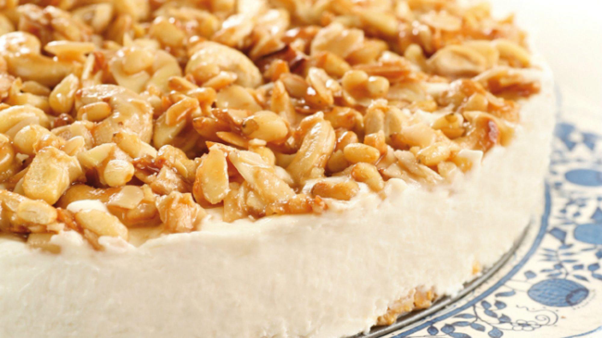 עוגת גבינה עם פיצוחים. צילום: דניה ויינר | סגנון: טליה אסיף