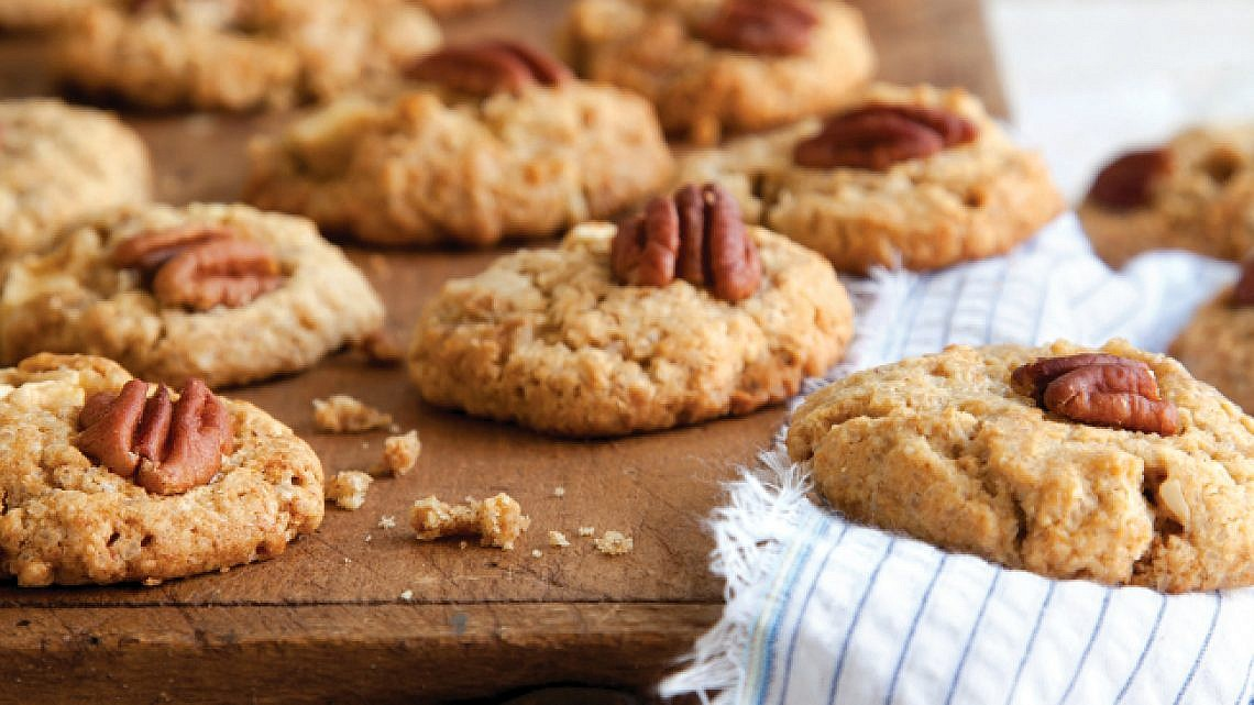 עוגיות שיבולת שועל, תפוחים ואגוזי פקאן. צילום: דן לב   סגנון: אוריה גבע