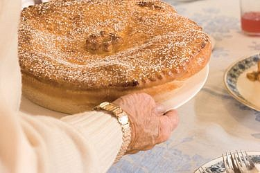 עוגת גבינה ושמרים (Käsekuchen). צילום: בועז לביא | סגנון: רותם ניר