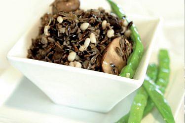 אורז בר עם גריסי פנינה, בצל מטוגן, פטריות ושעועית ירוקה. צילום: דניאל לילה