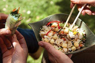 אורז מוקפץ עם שרימפס, אננס וירקות. צילום: דניאל לילה | סגנון: דלית רוסו