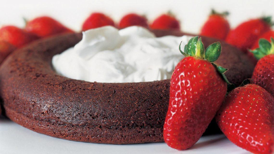 טבעת שוקולד וחלב קוקוס. צילום: מיכל לנרט