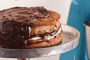 עוגת שוקולד עם מרציפן ודובדבני אמרנה. צילום: דניאל לילה | סגנון: מיכל מוזס ואיוונה ניצן