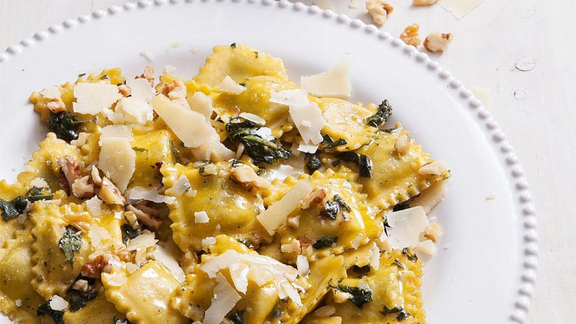 רביולי גבינות עם פסטו מהיר, שברי אגוזים ופרמזן. צילום: אסף אמברם | סגנון: אוריה גבע
