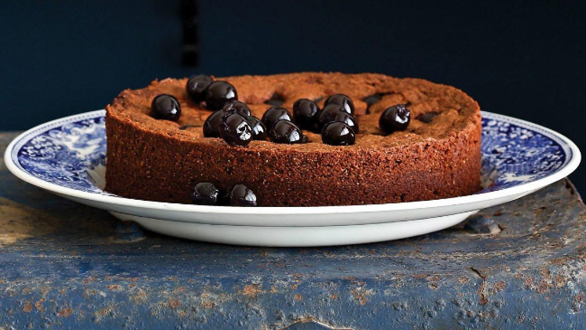 עוגת שוקולד ללא קמח עם דובדבני אמרנה ופיסטוקים מקורמלים. צילום: דן פרץ | סגנון: עמית פרבר