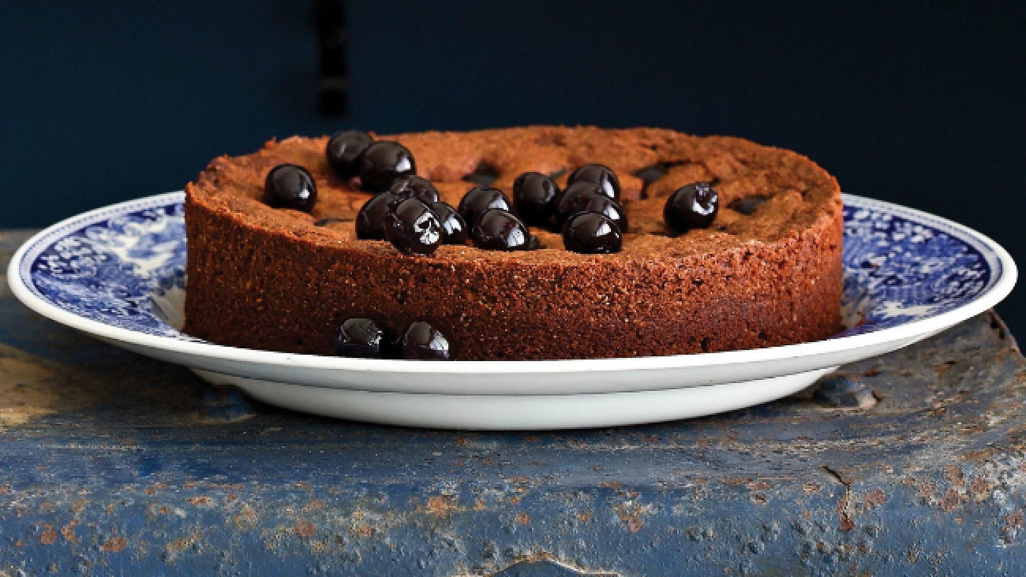 עוגת שוקולד ללא קמח עם דובדבני אמרנה ופיסטוקים מקורמלים. צילום: דן פרץ   סגנון: עמית פרבר