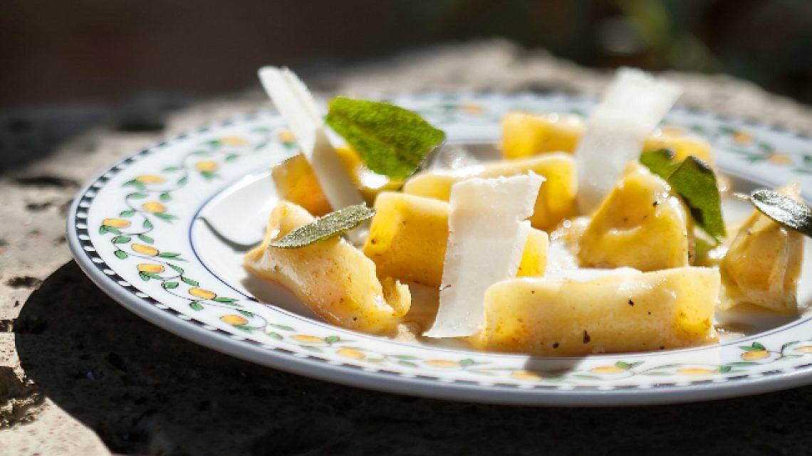 אניולוטי דלורית וריקוטה בחמאה אגוזית. צילום: דניאל לילה