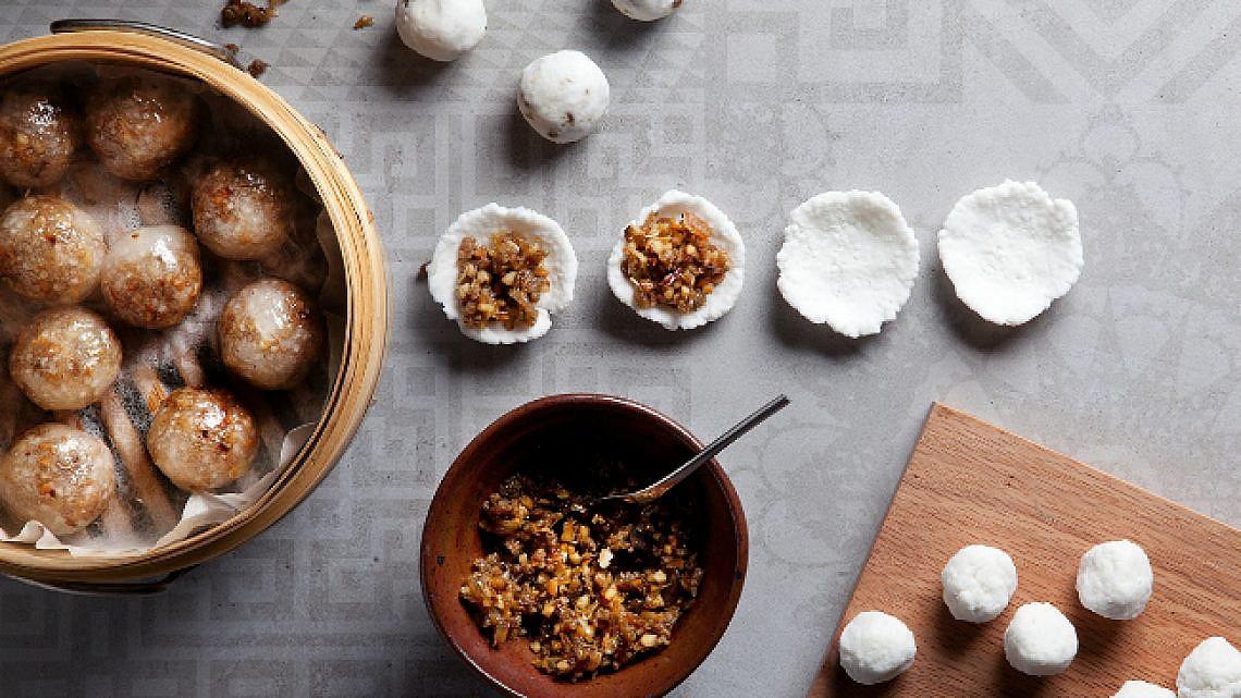 סאקו סאי גאי כיסנים מאודים מבצק טפיוקה במילוי עוף. צילום: דניאל לילה | סגנון: עמית פרבר