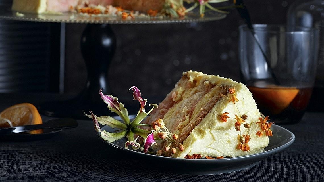 עוגת תפוזים וקמפארי. צילום: רונן מנגן | סגנון: רותם ניר