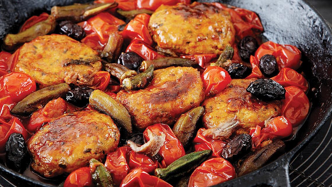 קציצות דגים ברוטב עגבניות שרי תמר, אנשובי וזיתים מרוקאים. צילום: דניה ויינר | סגנון: אוריה גבע