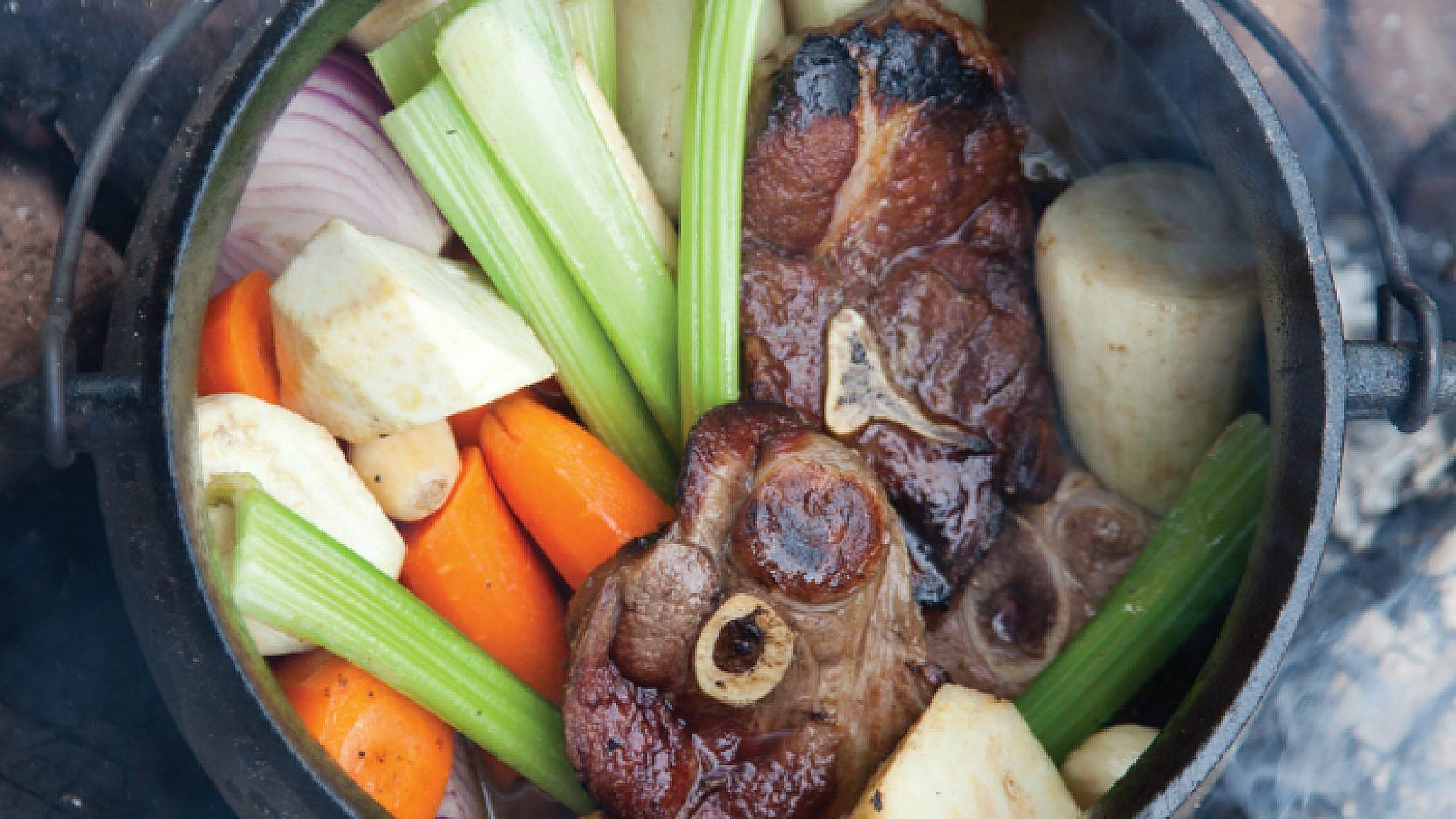 פויקה כתף טלה עם ירקות שורש. צילום: דניאל לילה | סגנון: עמית פרבר