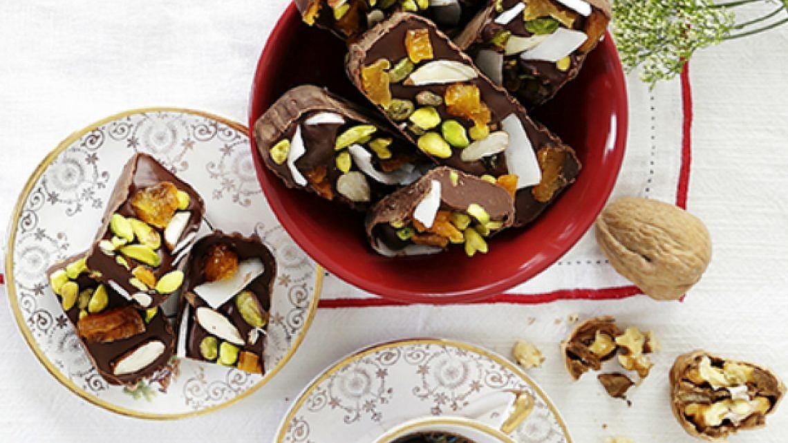 חטיפי שוקולד עם קוקוס, פירות מיובשים ואגוזים. צילום: דניה ויינר | סגנון: דלית רוסו | כלים ואביזרים: ביתילי, אי.די.