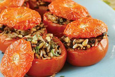 עגבניות ממולאות בעשבי תיבול, זיתים וצנוברים. צילום: דניה ויינר | סגנון: דלית רוסו
