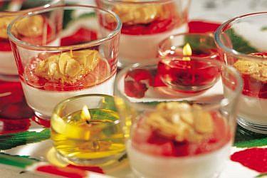 פנקוטה יוגורט לימונית עם רוטב תותים ועוגיות שקדים. צילום: ליאת פז | הפקה: מיכל ארז
