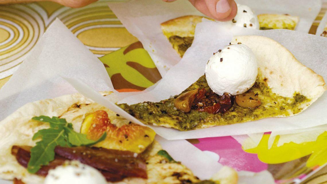 מאפה פוקאצ'ה מהיר עם לבנה ועגבניות מיובשות. צילום: חן מיקא | סגנון: רותם ניר