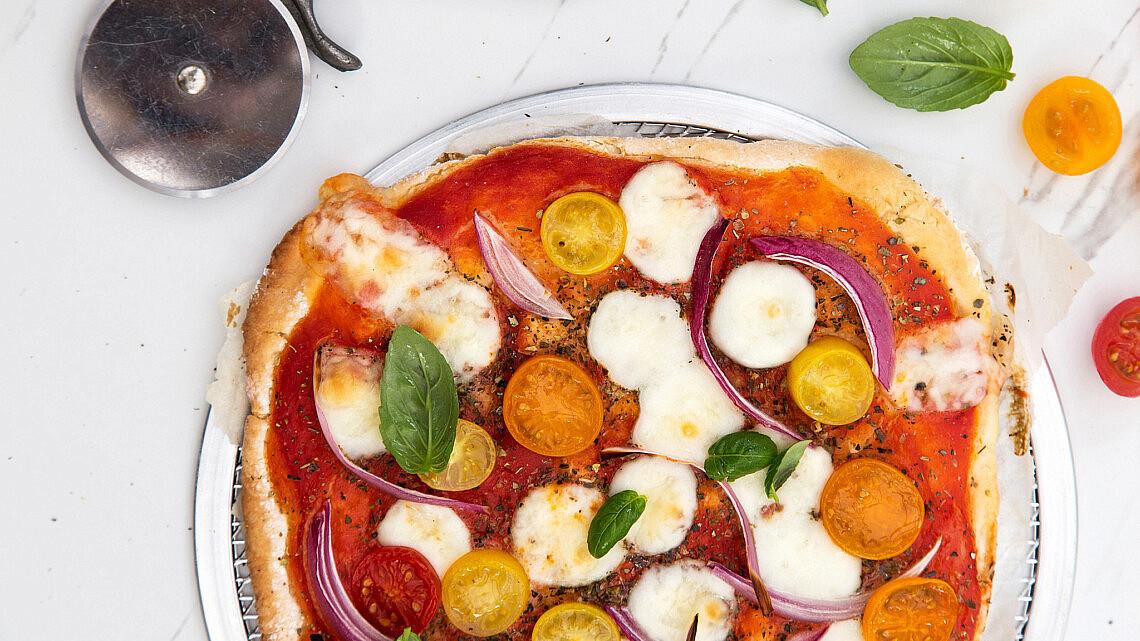 פיצה כשרה לפסח עם עגבניות ומוצרלה . צילום: שרית גופן | סגנון: ענת לבל