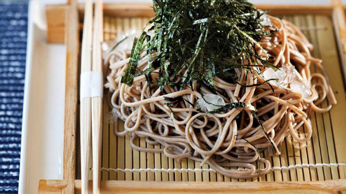 זרו סובה - אטריות כוסמת בדאשי יפני. צילום: דניאל לילה | סגנון: עמית פרבר