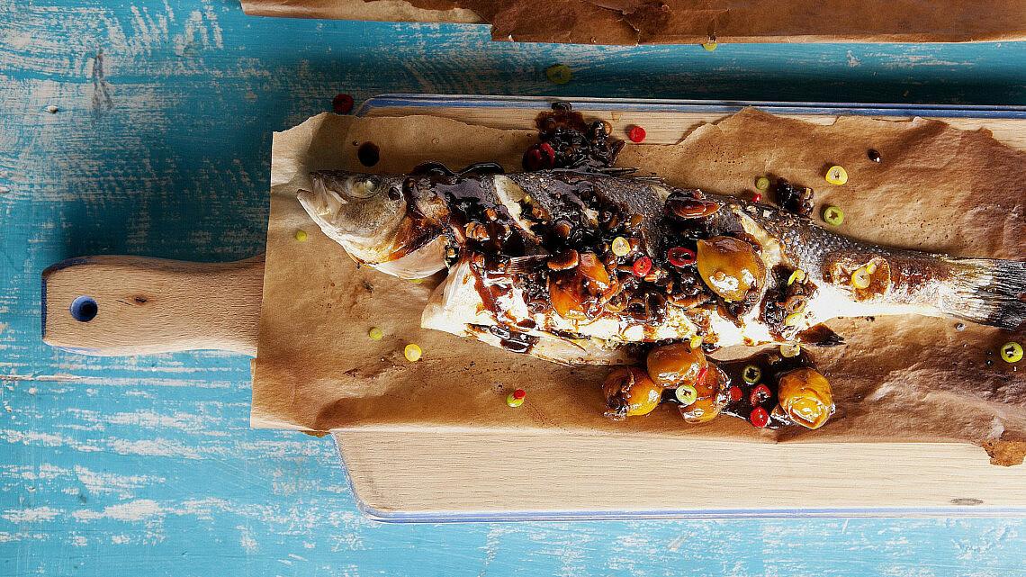 דג שלם צלוי ברוטב עגבניות ותמרהינדי. צילום: דניאל לילה   סגנון: עמית פרבר